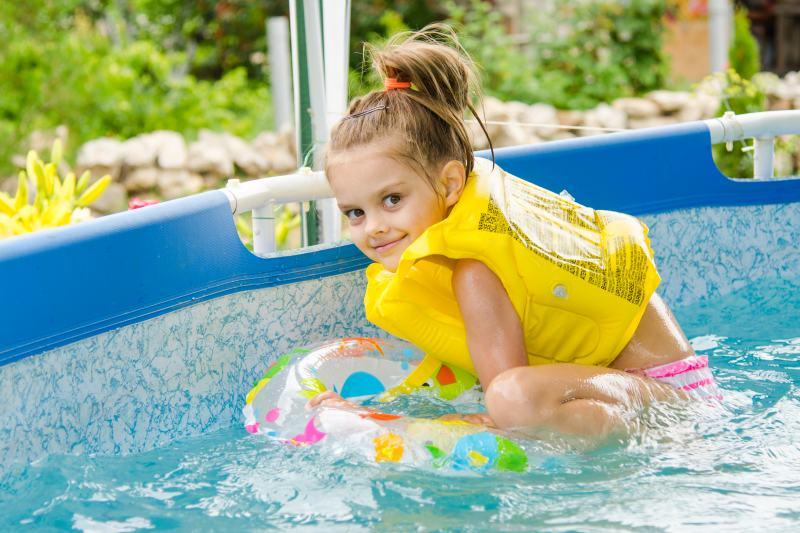 pige bader i pool til haven